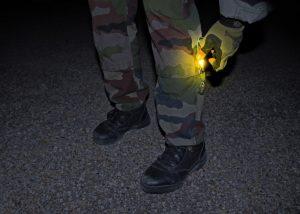 Identification soldat avec baton jaune Cyalume sur mollet
