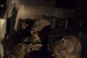 Identification soldat avec Mini vaton cyalume sur casque