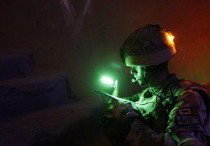 Identification de militaire avec Mini bâton cyalume sur casque soldat