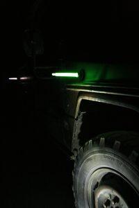 Marquage de véhicule avec bâton lumineux vert sur base magnétique