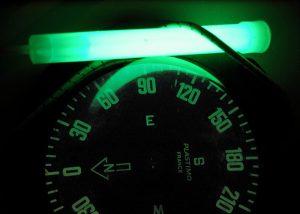 Bâton Cyalume vert placé pour éclairage de boussole