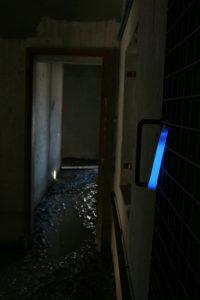 Bâton Cyalume bleu indiquant un obstacle dans le bâtiment