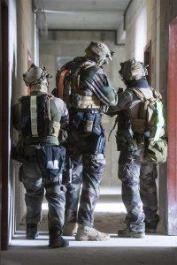 marquage soldats avec ceintures photoluminescentes et rétro réfléchissantes