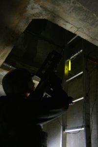 Baton lumineux jaune utilisé en tant qu'information directionnelle sur parcours de zone