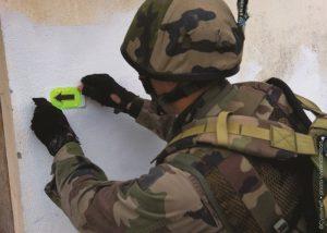 Marquage entrée bâtiment avec Visipad vert en opération de combat en zone urbaine