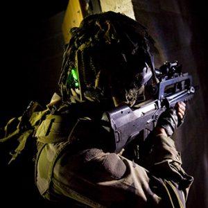 mini baton vert cyalume sur casque de militaire