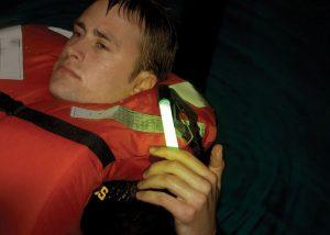 Balise lumineuse sur gilet de sauvetage pour sécurité maritime