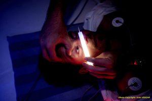 Oscultation d'un blessé avec bâton lumineux Snaplight blanc en médecine d'urgence