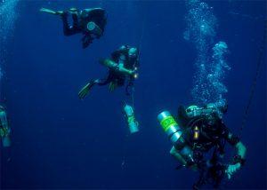 Plongeurs évoluant avec bâtons Cyalume pour repérage individuel