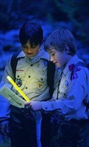 Écoliers avec bâton lumineux pour évacuation