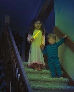 Le bâton lumineux aid eles enfants à se déplacer dans l'obscurité en toute sécurité