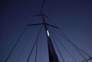 Marquage de la tête de mât de voilier en mouillage de nuit
