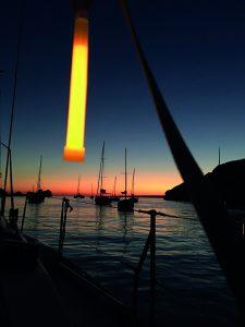Marquage de bateau à la tombée de la nuit