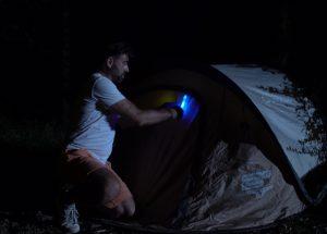Marquage d'une tente de nuit sur campement