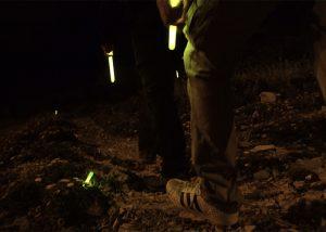 Randonnee de nuit avec bâtons lumineux