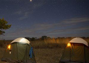 Repérage lumineux de tente sur campement