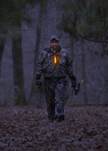 Identification lumineuse chasseur avec baton lumineux orange Cyalume