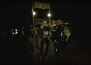 Identification lumineuse coureurs marathon des sables treck de nuit