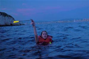 reperage homme a la mer lumiere sur gilet sauvetage