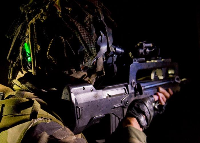 Mini Chemlight de Cyalume sur casque de soldat