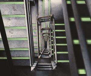 bande rétro-réfléchissante et photoluminescente pour marquage de marches d'escaliers