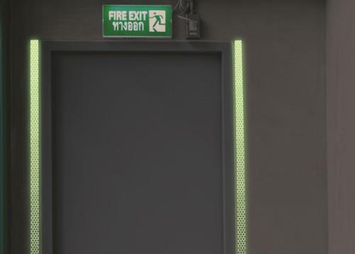 bande rétro-réfléchissante photoluminescente pour marquage de portes