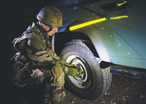 base magnétique utilisation militaire sur voiture avec soldat