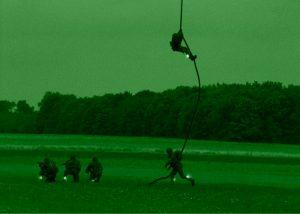 descente corde rapide d'hélicoptere avec baton infrarouge