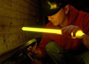 eclairage en milieux confines avec grand baton lumineux