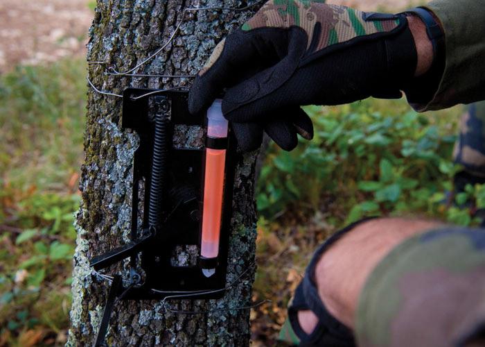 fil piège soldat avec bâton lumineux orange