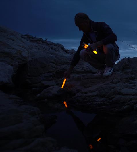 Baliser un chemin avec stick lumineux cyalume pour repérage dans l'obscurité