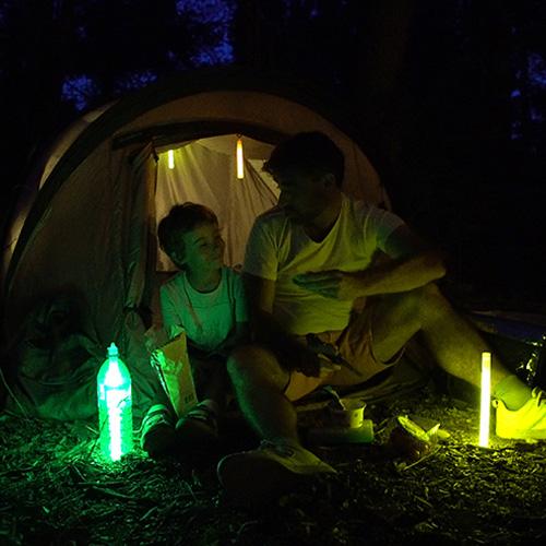 Éclairage avec un baton lumineux cyalume en camping